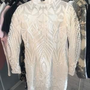 Säljer mig underbart fina paljett klänning som tyvärr blivit för liten för mig. Den finns inte längre att köpa då den är 2 år gammal. MEN endast använd under avslutning i 9:an. Fortfarande lika fint skick! Den är liten i storleken, passar S och XS