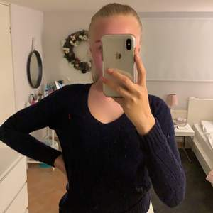 En mörkblå Ralph Lauren sweatshirt med ett litet hål som man lätt kan sy igen där av preset. Storlek Xs med är stretchigt matrial