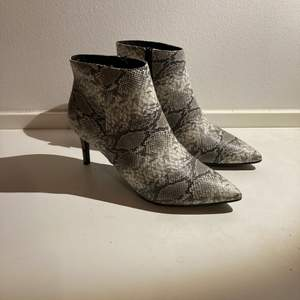 Oanvända snakeprint boots. Finns i Sthlm. Kan mötas upp alt skicka! Mottagaren betalar frakt.