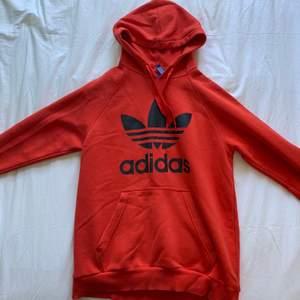 Mysig röd oversized hoodie, använd men är i bra skick utan fläckar eller hål. Kommer ursprungligen från herravdelningen men passar fint på mig som vanligtvis är en S-M! Säljer för att jag har för mycket hoodies.💞💞