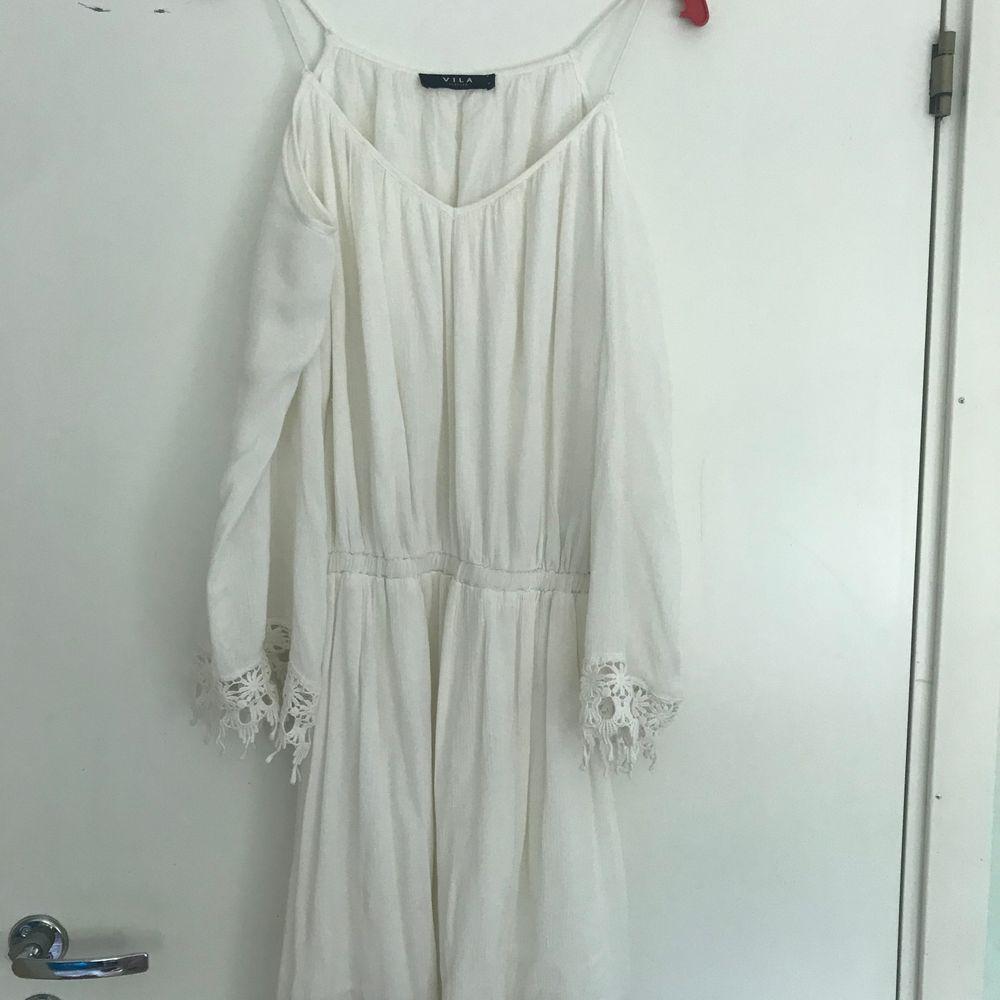 Vit klänning från vila med spetsdetaljer! Jättefin och perfekt för sommaren! Använd 2 gånger!. Klänningar.