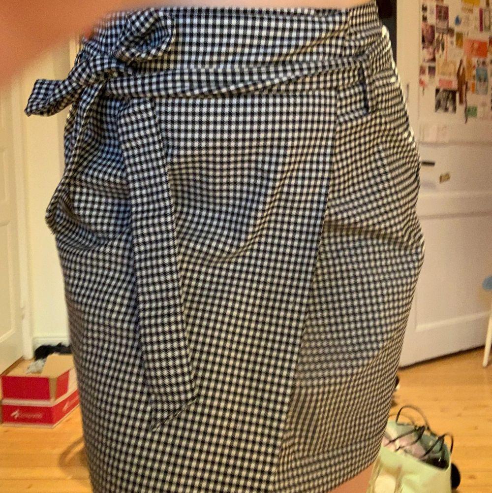 Kjol från Vero Moda, fint skick. Finns avtagbart band till. St S-M Skriv i chatten för frågor/ bilder! Köparen står för frakt!🤍🤍. Kjolar.