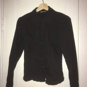 Svart skjorta med rundad krage. Dr Denim