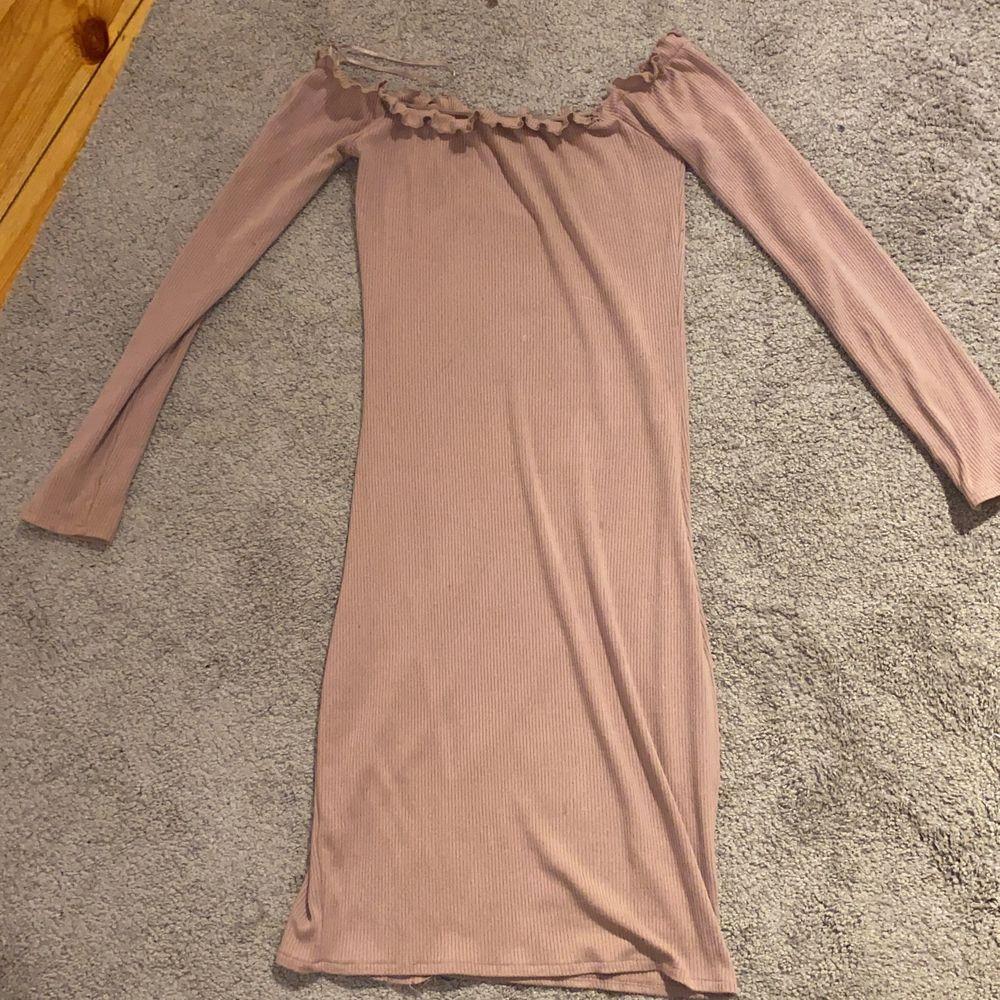 Smutsrosa klänning i storlek xs  men är super stretchiga så passar någ många flera storlekar. Klänningar.
