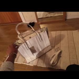Helt oanvänd vit väska.franska märke