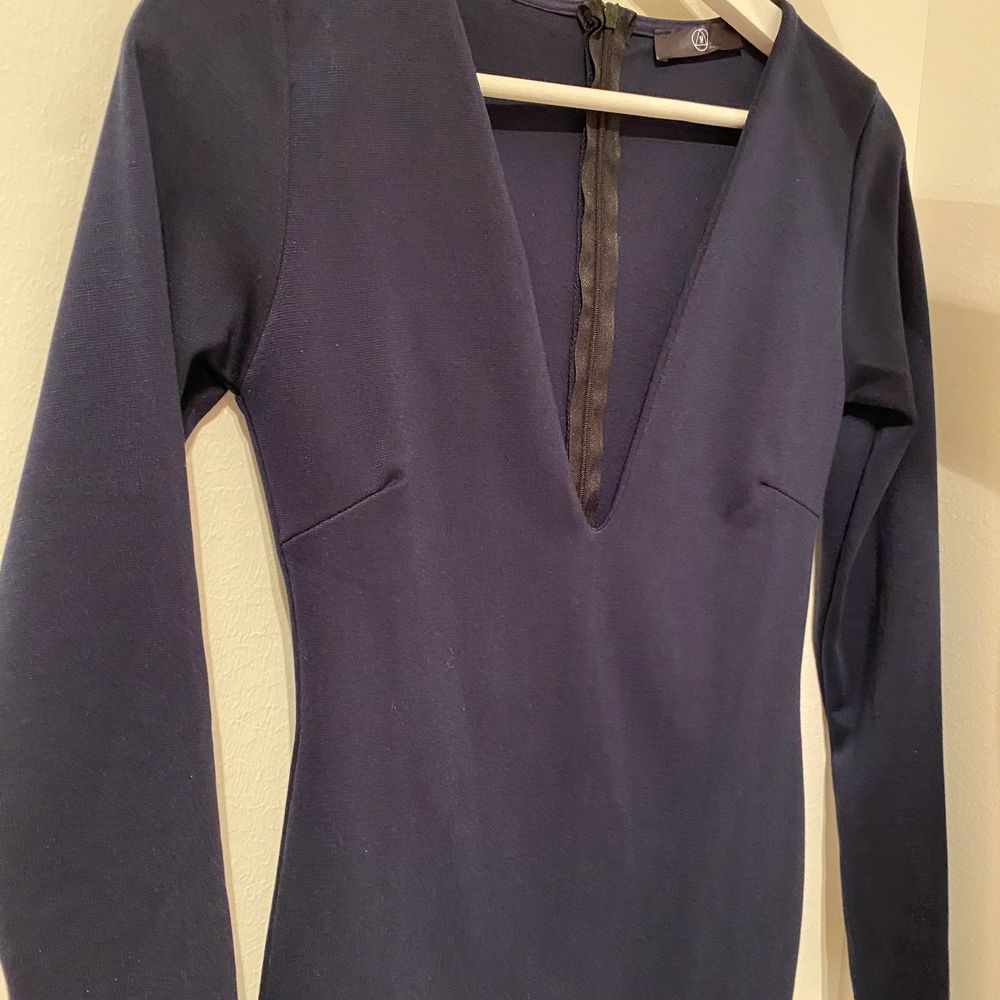 Så fin marinblå midiklänning från missguided använd en gång. Exklusive frakt💕. Klänningar.