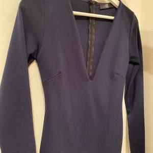 Så fin marinblå midiklänning från missguided använd en gång. Exklusive frakt💕