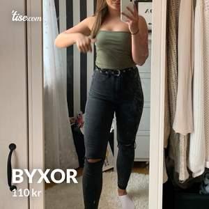 Snygga jeans med hål från zara. Köpare står för frakt. Strl 40 men de är M, men stretchiga.