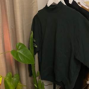 En mörkgrön sweatshirt i en oversized storlek. Storleken är XS men passformen är som S. Kragen går högre än en vanlig tröja men ändå inte polo. Älskar det! Den är i nyskick. betalas med swish✨