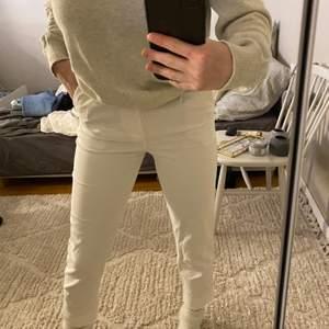 Vita kostymbyxor från bershka i strl 32