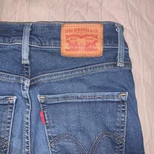 Skinny jeans från Levi's. Säljer då de är för små i midjan. Väldigt stretchiga och sköna. Storlek 24 och passar även lite större storlekar då de är så pass stretchiga. Nypris 1200 och säljer för 250 kr exklusive frakt då de ser i pincip nya ut. Pris kan diskuteras, kontakta mig för eventuella frågor eller för fler bilder😊