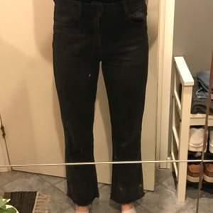 Ett par mörkgrå jeans från ginatricot , croppade i benen, storlek M . Använda några gånger men i bra skick!
