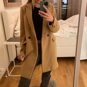 Super fin kappa från zara. Storlek XS, men oversized i modellen som ni ser på bilden. Nästan aldrig använd, bra skick och varm. 💗💗