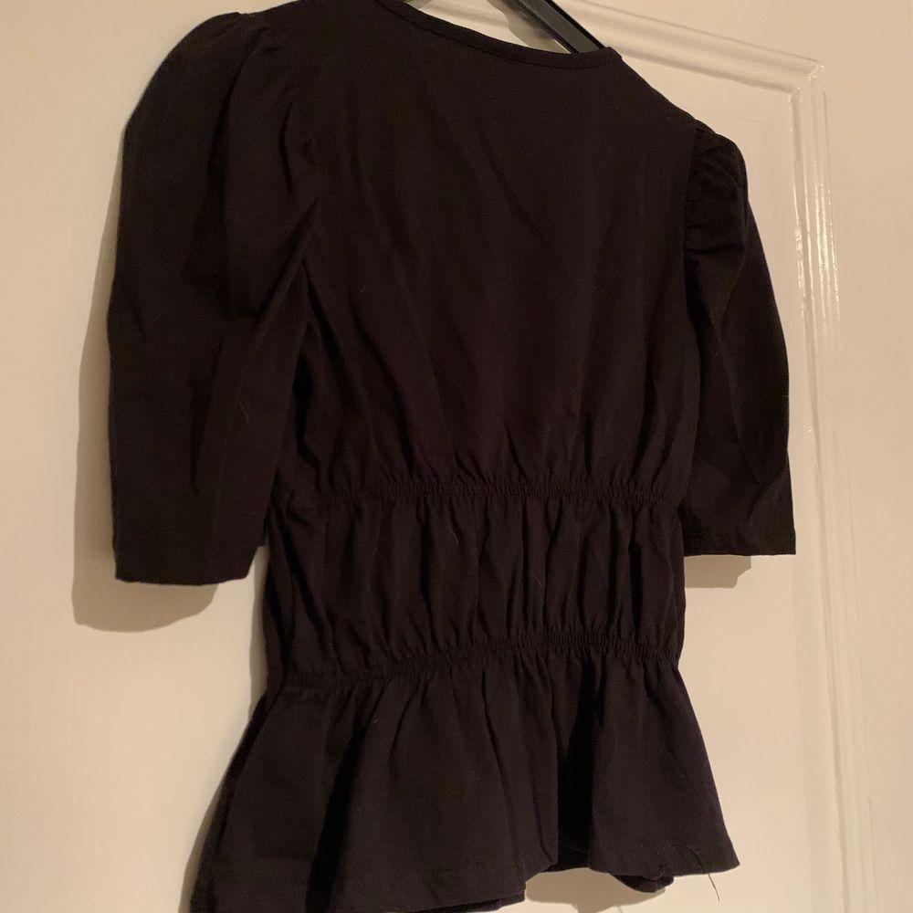 Snygg topp från Gina Tricot i storlek XS som tyvärr är för liten för mig och därför endast provad💕 kan skicka om köparen står för frakten på 66kr💘. T-shirts.