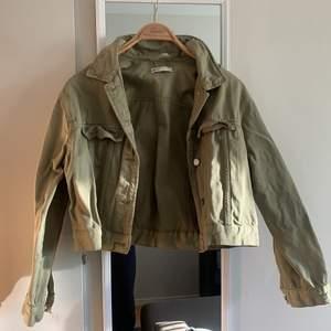 Snygg kortare grön jeansjacka från ginatricot storlek M, använd men i bra skick ser dock lite skrynklig ut men det går och fixa! Pris 100 kr plus frakt 60 eller annan valfri💚