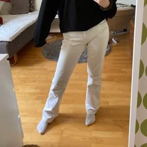 Raka vita jeans men kanske lite bootcut. Fina beiga sömmar på sidorna och mönster på bakfickorna. Köparen står för frakt.💫💕