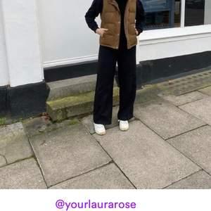 Snygga manchester byxor från monki i modellen Yoko. Märkta 36 men skulle säga mer 34 och passar säkert 32 också. Om man vill ha lång passform tror jag att de passar folk som är 175 och nedåt. Inköpta för 350 säljer för 170kr. Köpare står för frakt