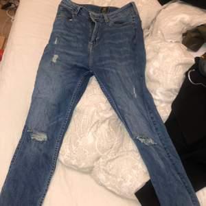Snygga lee jeans med slitning på knäna. Dem är inte använda mycket och är som nya. Nypris 1200kr, mitt pris 500kr(eller högsta bud)+ eventuell frakt