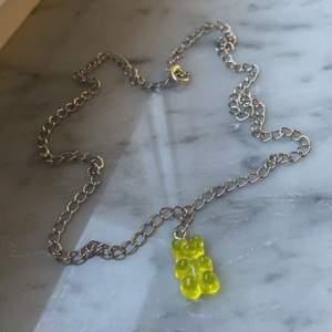 Ett halsband med en silvrig kedja, en blå björnberlock. Finns även i andra färger!❤️