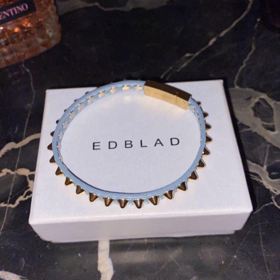 Säljer detta edblad armband, jättefint! Säg till om fler bilder önskas👑 nypris: 399kr👑. Accessoarer.