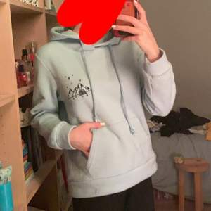 Ljusblå hoodie med jätte söt detalj🥺 jätte mysigt material och fin färg! Hyfsat overzized. Knappt amdvänd. DM för frågor/intresse.