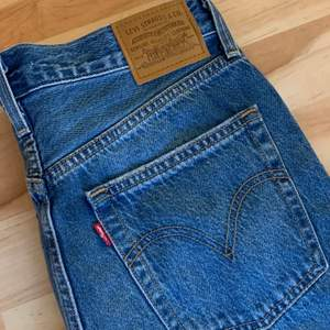 Helt oanvända Levis jeans,säljer pga förstora därav ingen bild på mig men skriv privat för bild på. Nypris 1199kr säljer för 600 inkl frakt. Priset kan diskuteras.