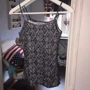 Oanvänt linne med fint mönster, köpt utomlands och är i storlek XS