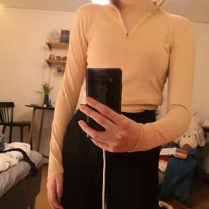 Säljer denna söta tröja. Den är måttligt använd då jag inte tycker färgen passar mig så bra. Skönt material. Inköpt för ca 250 kr på NAKD :)