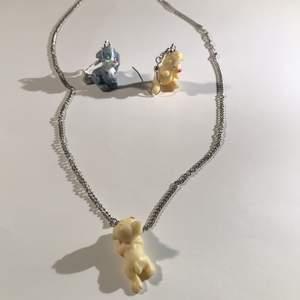 Skit gulligt sätt av hund smycken!! Silver kedja och silver örhängen med hundar:) Allt kostar 80kr men om man vill köpa separat kostar örhängena 35kr och halsbandet 45kr ☺️