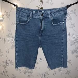 Supersnygga jeansshorts i biker modell. Supersnygga och helt perfekta! Säljer då dom är för stora på mig, från BikBok