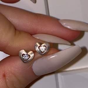 Små hjärtformade äkta silver örhängen med små kristaller i mitten. Nästa bild ser man stämpeln att det är äkta