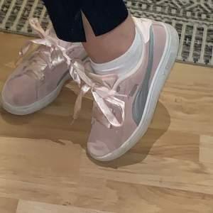 Superfina rosa puma skor med silkes band i storlek 36