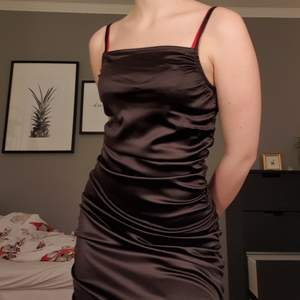 En superduper fin klänning som tyvärr är för stor. Endast prövad och prislappen sitter kvar💕💕