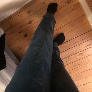 Intressekoll på mina fett coola Stella McCartney jeans med stjärnor på 🤩💕 Nypris: ca 4000kr BUDA!!!