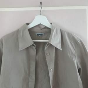 Beige/ljusbrun skjorta i kortare modell:) 80kr eller högstbjudande:)