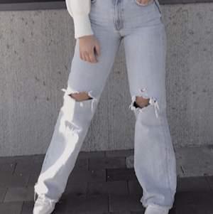 Rensar ut garderoben så det är tid för att säga farväl till mina älskade favorit jeans, så sjukt snygga! Men behöver lämna plats till annat😔  Dessa jeans är oftast slutsålda i alla storlekar!  399kr nypris Säljer för 100 Liten lagning vid ena knähålet men annars rätt bra skick, lite slitna här och där men inget större:)  Storlek 38 men skulle vela säga att de är som 36, jag är 168cm lång☝🏽🥰