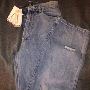Boyfriend jeans med slitningar. Helt oanvända köpta för 300 kr.