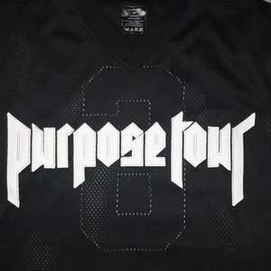 En purpose tour t-shirt i nät material. Köpt på dpop för länge sen. Knappt använd. Fick den helt ny. Är i medium men mer som en Large