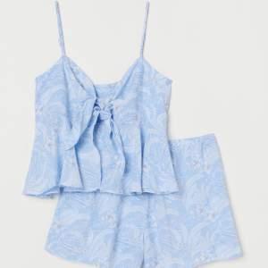 Superfint pyjamasset från hm i strl L. Banden är justerbara och det är resårmidja i shortsen. Helt oanvänt! Slutsåld på hemsidan🌟
