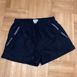 Säljer ett par svarta Calvin Klein badbyxor som endast är använda 1-2 gånger i storlek S. De har fickor på sidorna (där det står Calvin Klein) Frakten ingår inte i priset. Hör av dig om du är intresserad:) Köpta för 500-600kr.