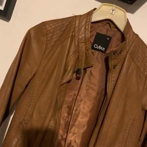 Fake skinnjacka/biker brun och stl S, betalning sker via swish och köparen står för ev frakt! (Ca 60-70kr)