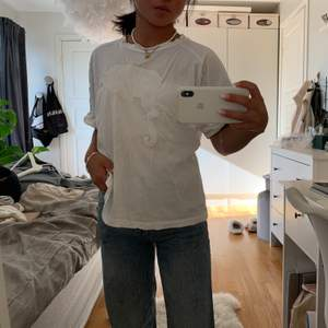Vit T-shirt i lite oversized modell från Mango. I fint skick 🧸💕🧚🏼♀️🥰