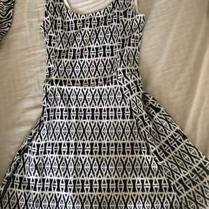 Säljer denna klänning i nyskick från H&M i storlek 40. Går till ungefär mitten av låret på mig som är 173cm. Köparen står för frakten.