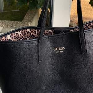 Säljer min GUESS Handväska 'Vikky' i Svart som är leopardmönstrad på insidan. Ordinarepris 1800kr. Den är använd fåtal gånger o det finns inga skador på väskan. Köpare står för frakt🥰 pris kan diskuteras🌻🥰