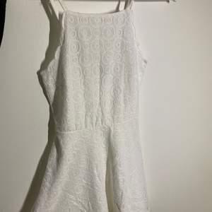 Säljer denna super fina vita klänningen med så fint mönster från H&M! Perfekt studenten, skolavslutning eller bara en vanlig kväll! Säljer pga för liten. Endast använd 1 gång! Storlek 34🤍 70kr + frakt 🦋