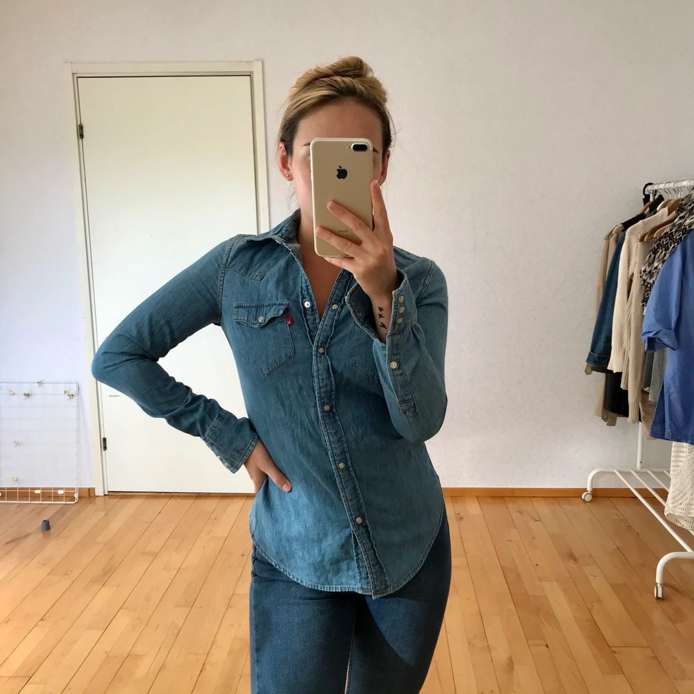 Fantastisk jeansskjorta som passar en XS/S. Superfint skick! FRAKT INGÅR. Skjortor.
