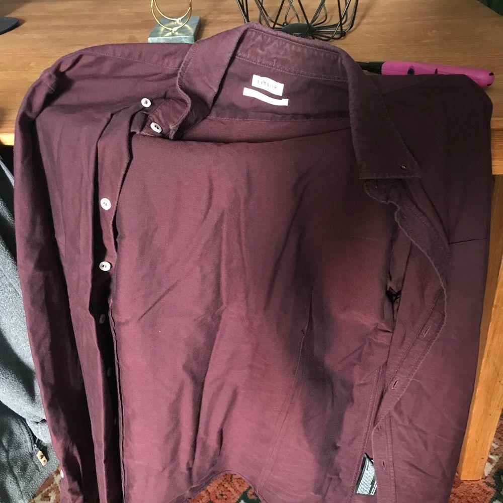Skjorta från Filippa K storlek S färg vinröd. Skjortor.