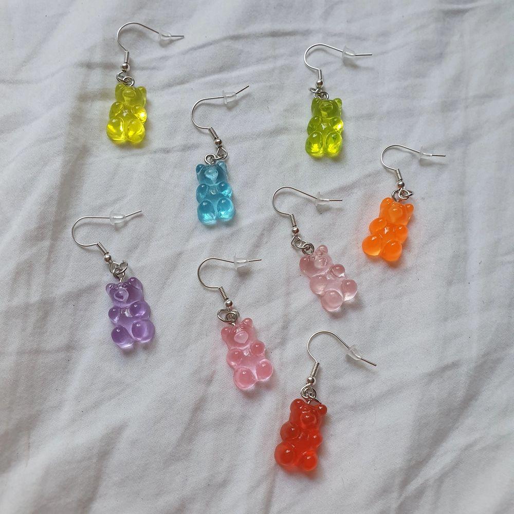 SLUTSÅLDA: LILA, ROSA, BLÅ OCH LJUSROSA. Trendiga handgjorda gummibjörnsörhängen!. Finns i färgerna blå, rosa, lila, ljusrosa, grön, gul, orange och röd. Finns endast ett begränsat antal. 29 kr/par+11 kr frakt. Nickelfria!!. Följ min insta by.magnolias!🌟. Accessoarer.