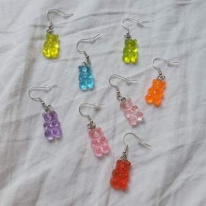SLUTSÅLDA: LILA, ROSA, BLÅ OCH LJUSROSA. Trendiga handgjorda gummibjörnsörhängen!. Finns i färgerna blå, rosa, lila, ljusrosa, grön, gul, orange och röd. Finns endast ett begränsat antal. 29 kr/par+11 kr frakt. Nickelfria!!. Följ min insta by.magnolias!🌟