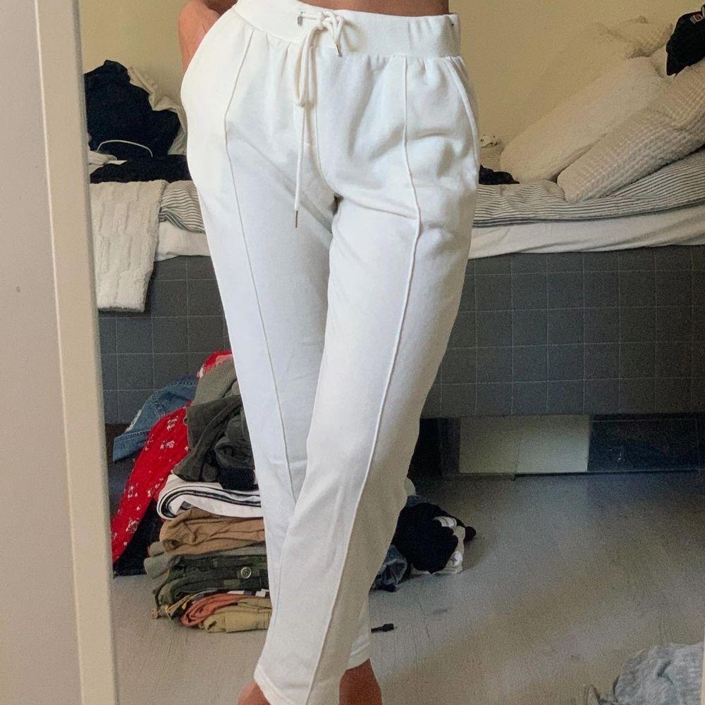 Vita byxor som matchar till det mesta🤍☺️. Jeans & Byxor.